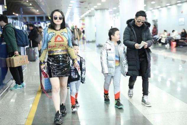 鄒市明一家四口走機場,老公過冬老婆還在夏天,倆兒子穿得都挺潮