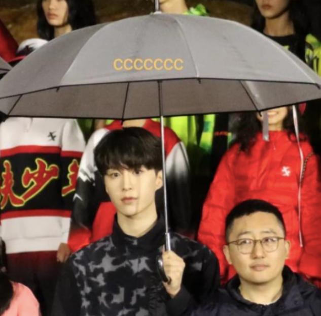 下雨天全员大合影,范丞丞景甜娇贵打伞,释小龙的做法值得称赞