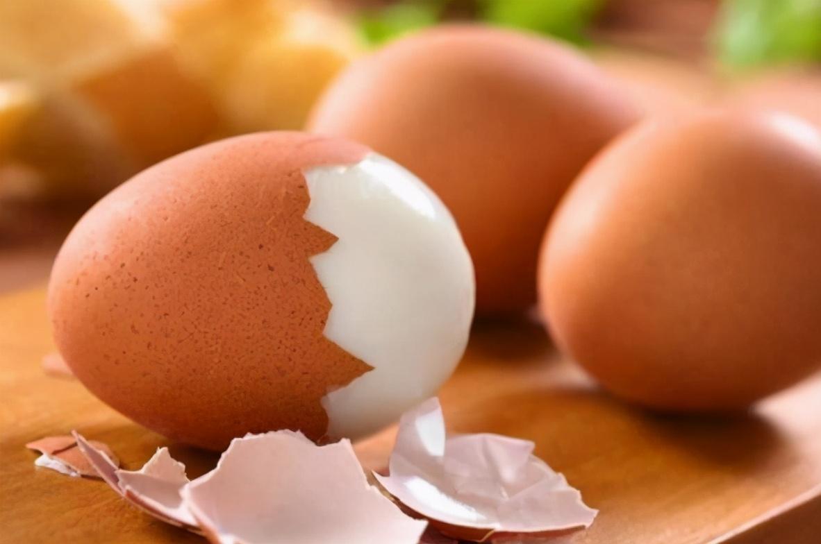 别再用清水煮鸡蛋了,多加2物多做2步,鸡蛋香嫩又营养,好剥壳