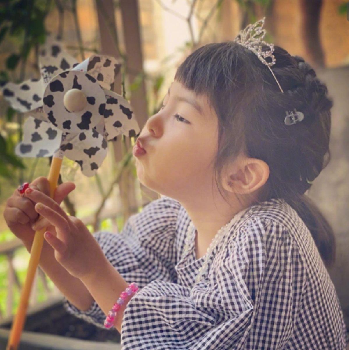 賈靜雯的小女兒顏值變化大赶超姐姐,孩子的顏值受哪些因素影響?
