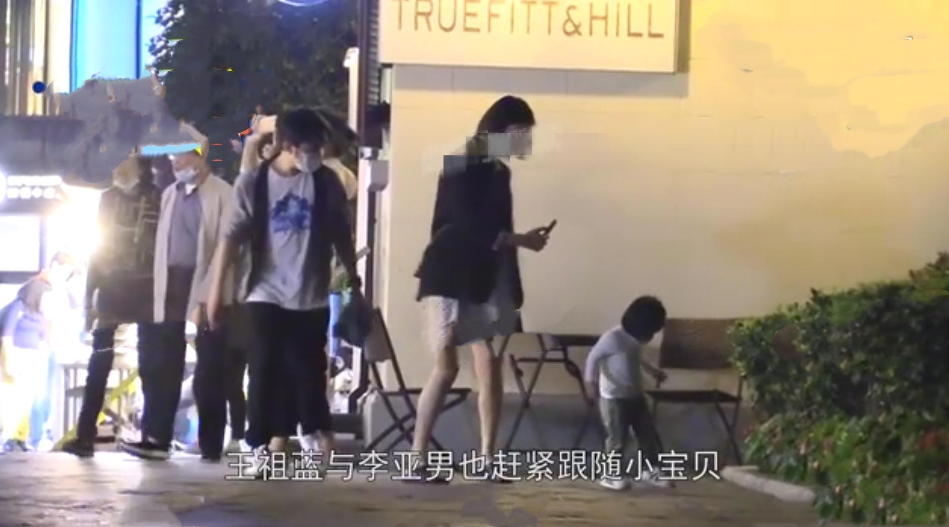 王祖藍一家出行,女兒追逐小貓超可愛,李亞男挺孕肚跟拍畫面溫馨