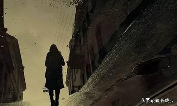 这城市的夜晚灯火阑珊,陌生的人们各自聚散