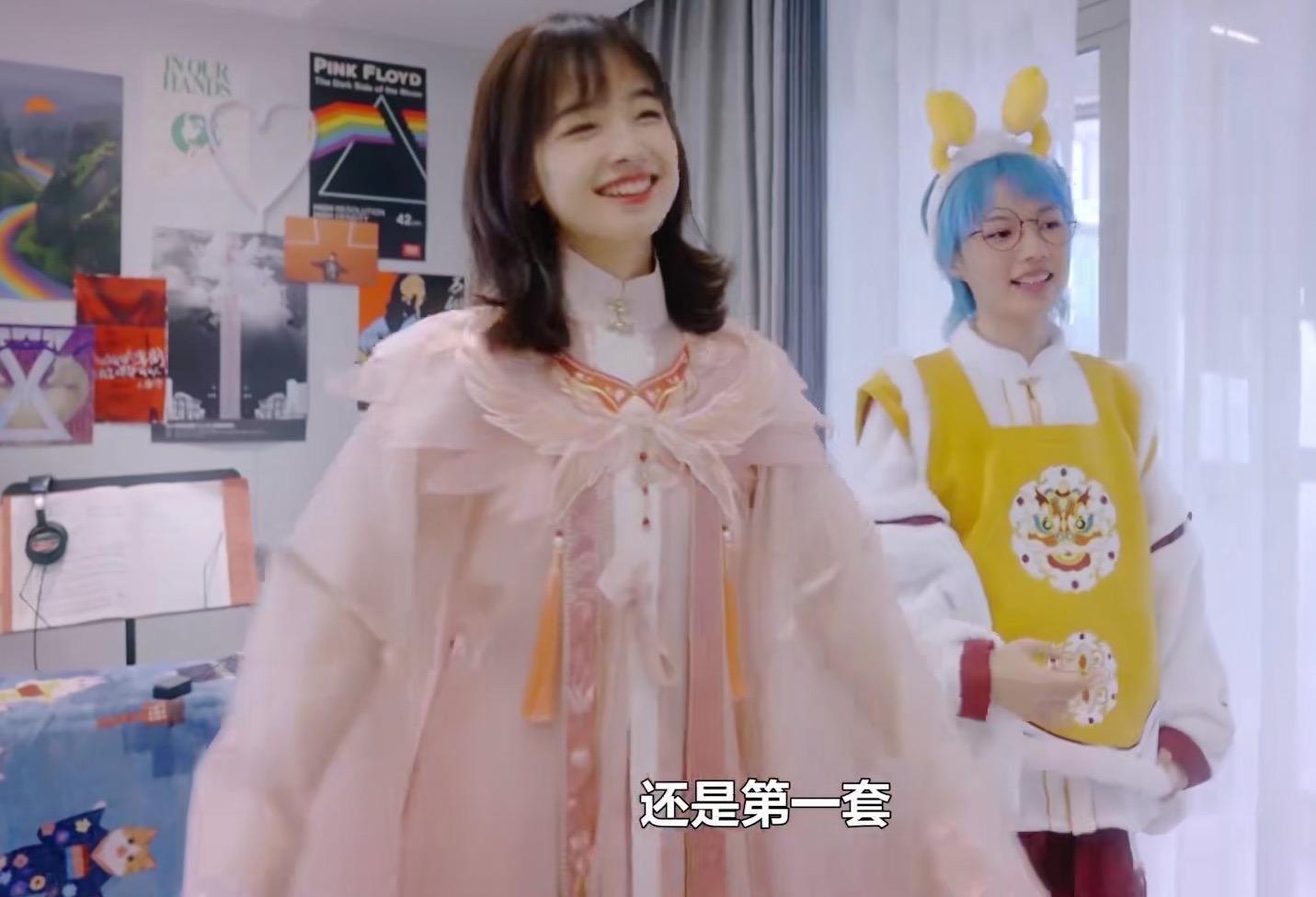 央视主持王冰冰汉服造型惊艳!穿白色刺绣汉服气质清纯,被夸绝美