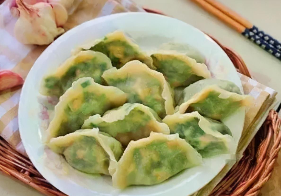 """调韭菜馅,调料牢记""""2放2不放"""",韭菜翠绿不出水,鲜味足,好吃"""