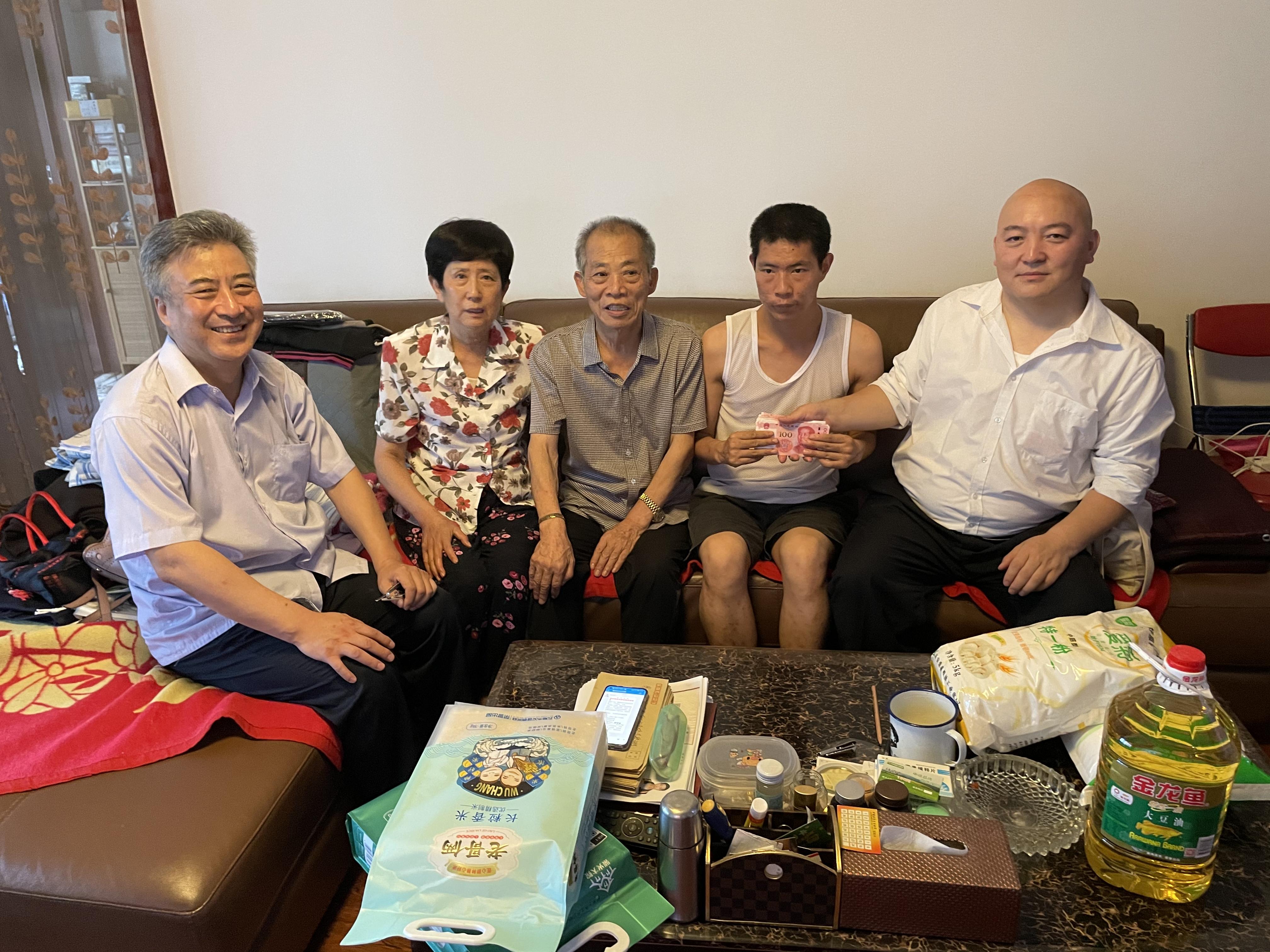 七一前民营企业少华集团高董、谭又铖等爱心人士看望抗战老兵