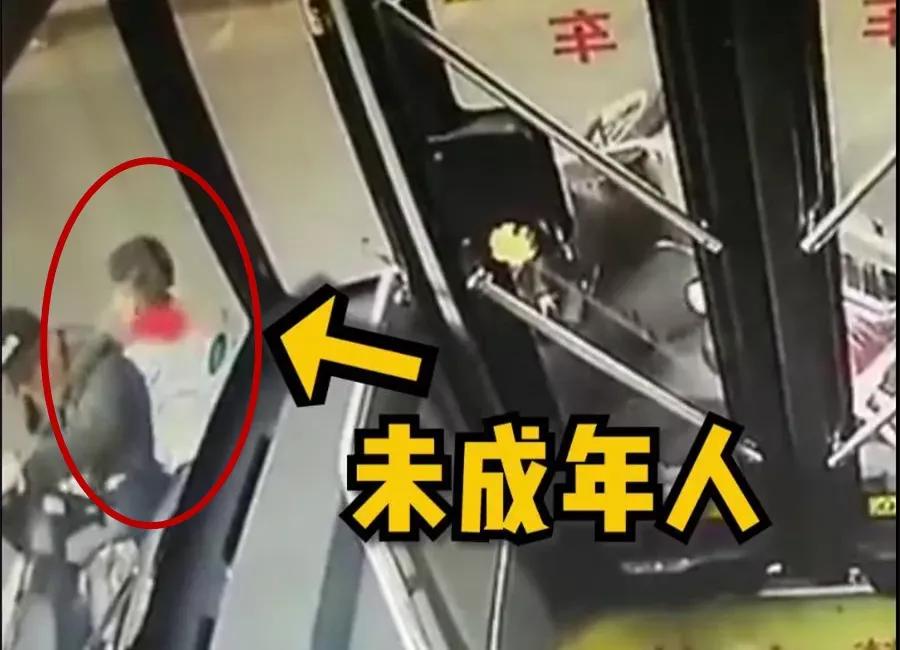 定了!上海12岁以下学生坐自行车要戴安全头盔
