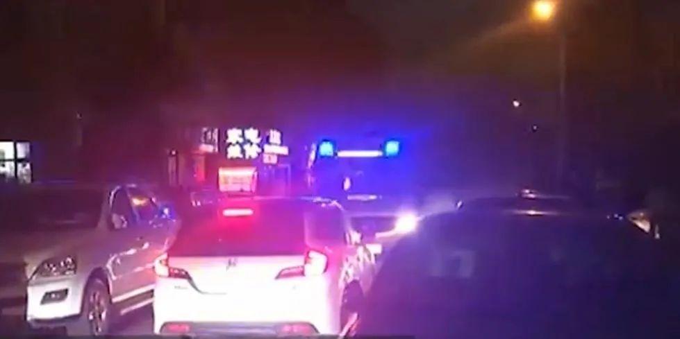 无牌车与救护车对峙,将120顶出小区!大连警方通报
