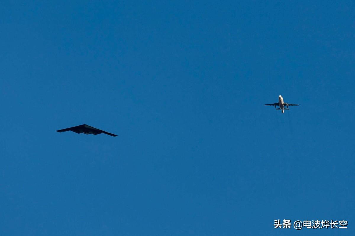 世界最神秘波音飞机现身51区!长着两个大鼻子,围着B2轰炸机绕圈