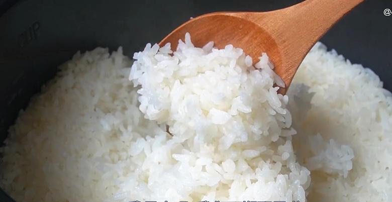 电饭锅蒸米饭,多加2步,出锅粒粒分明,松软好吃不粘锅,真香 美食做法 第17张
