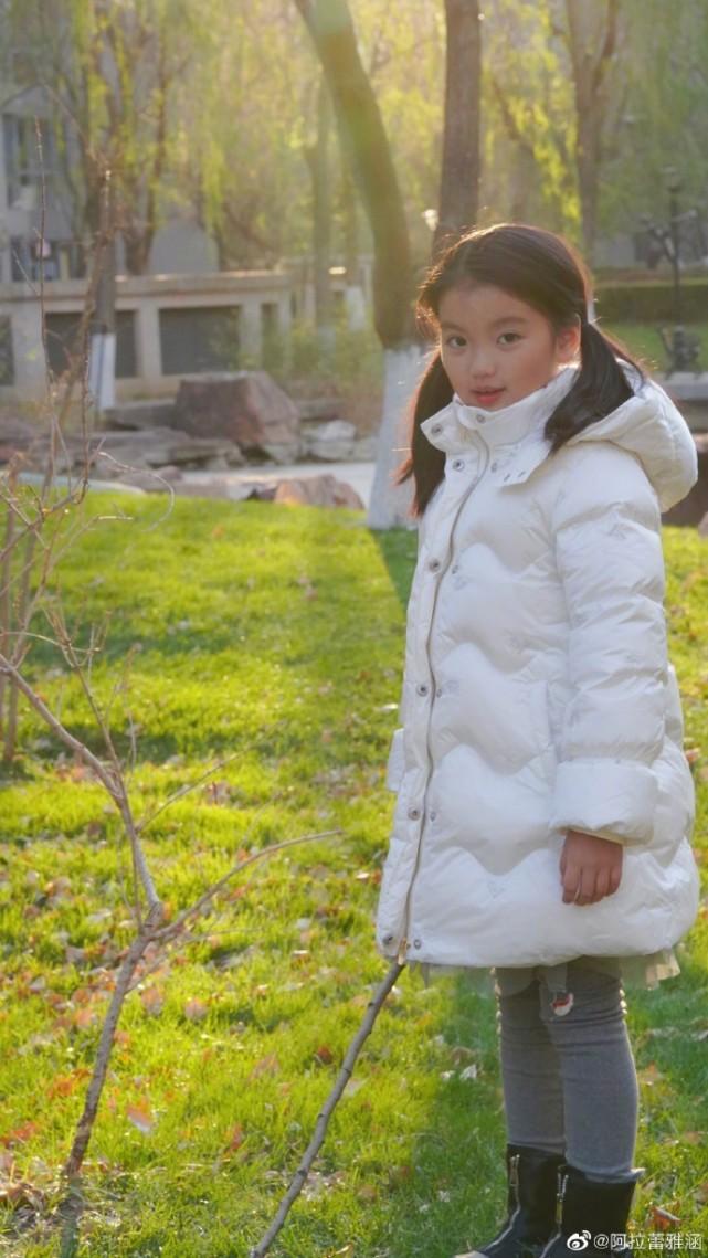 阿拉蕾曬冬日照,小臉凍得通紅表情管理依舊到位,越大越美氣質佳