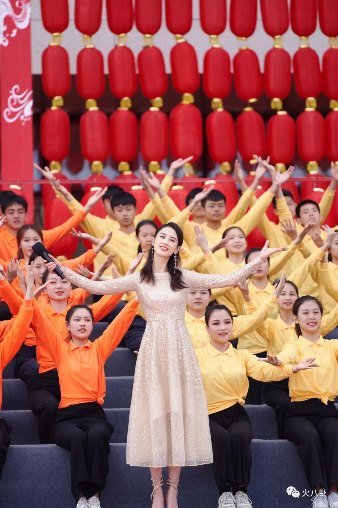 """黄圣依献唱央视""""东西南北贺新春"""",带来新年美好祝福"""