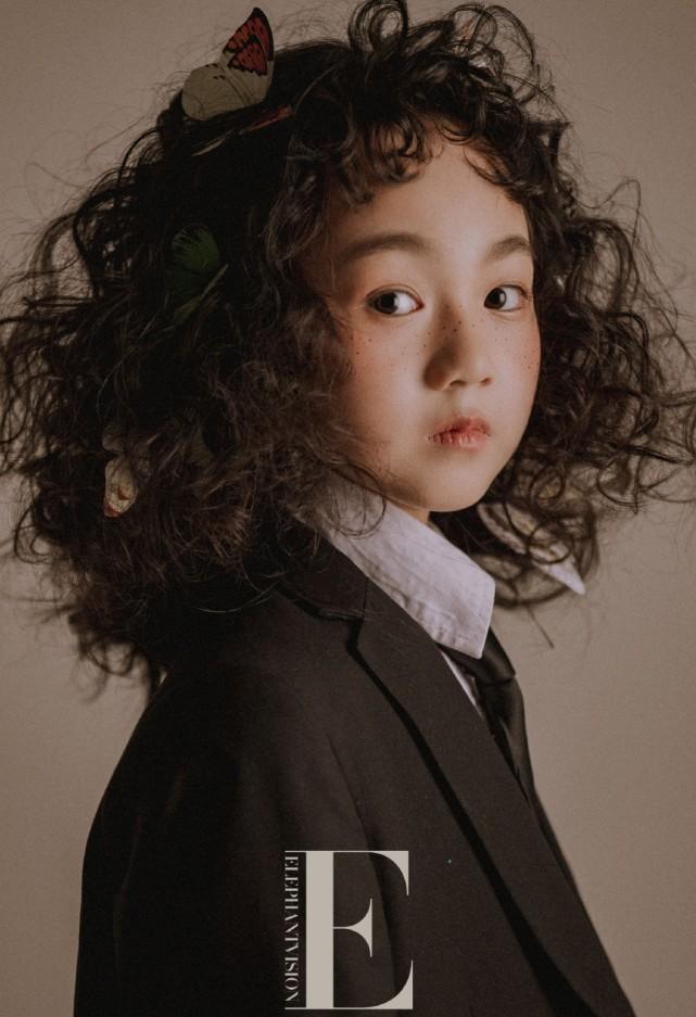 小山竹最新寫真,一改俏皮可愛模樣,燙了頭髮換了新妝容太驚艷