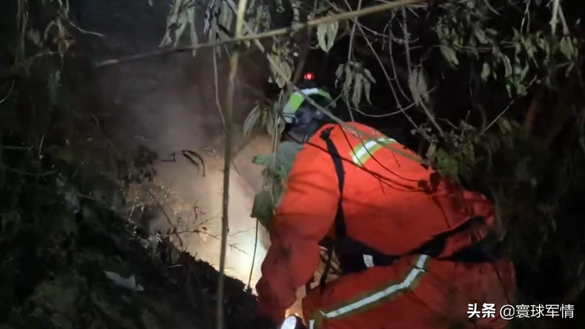 轰隆一声巨响,台湾屏东一飞机撞山坠毁,两名飞行员当场身亡