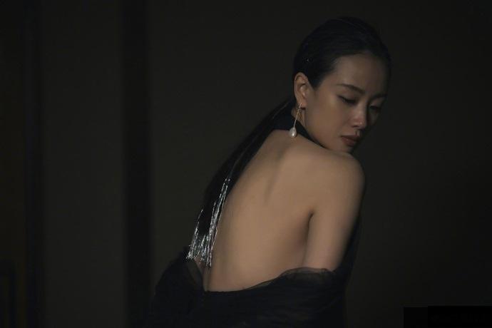 李梦的裙子看出上海的风有多大,李梦GQ盛典主持首秀来了