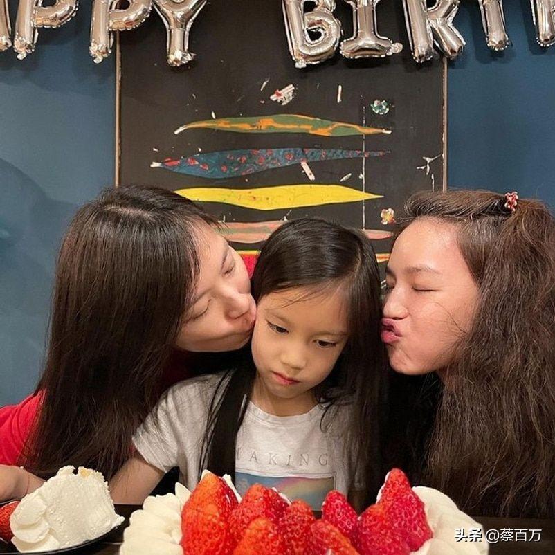 44岁舒淇为干女儿过生日满头白发,林熙蕾女儿像妈,全程摆臭脸