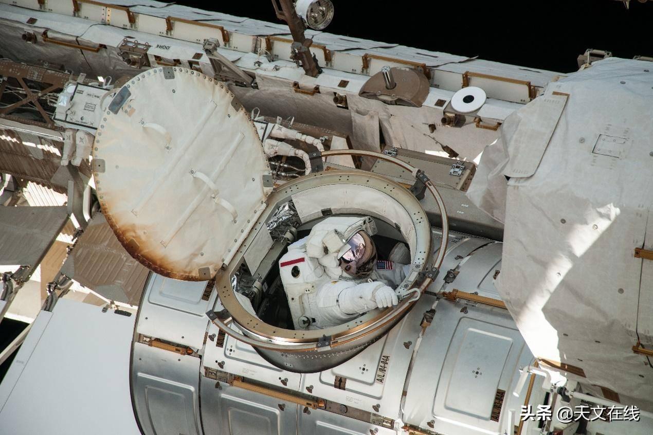 宇航员从空间站出来,会被甩飞吗?为什么?
