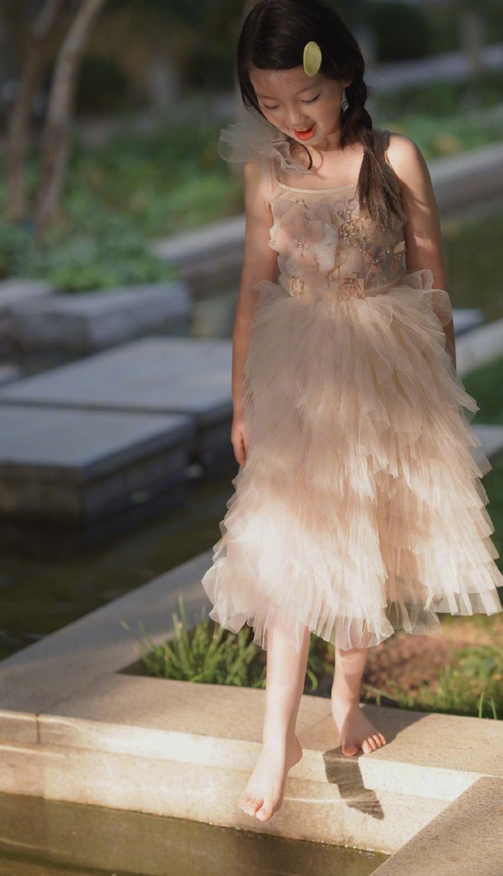 阿拉蕾已长成大姑娘,褪去稚气出落成小女神,白裙如仙美得不敢信