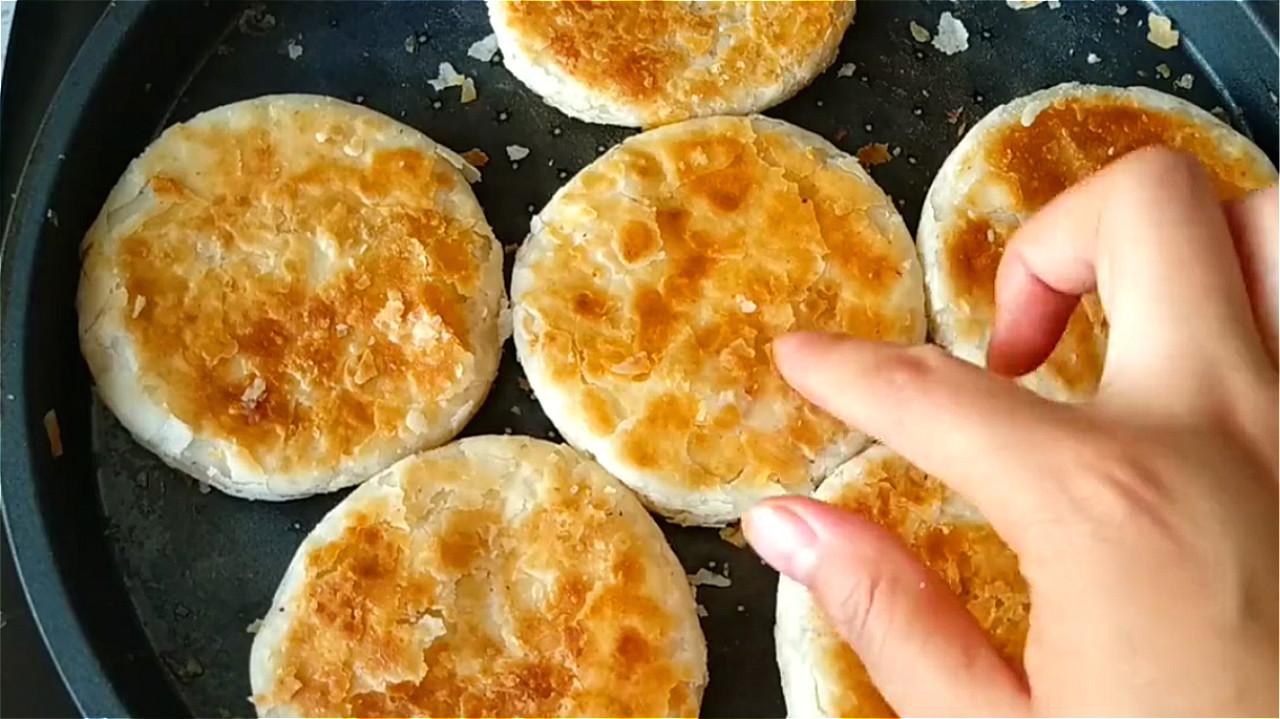 椒盐饼吃着太香了,无技巧难度教你在家做,一卷一捏,外酥里香 美食做法 第21张