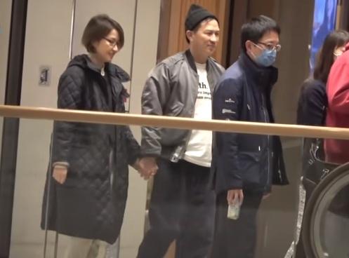 53岁张家辉陪关咏荷购物,结婚28年甜蜜如初,十指紧扣一起逛街