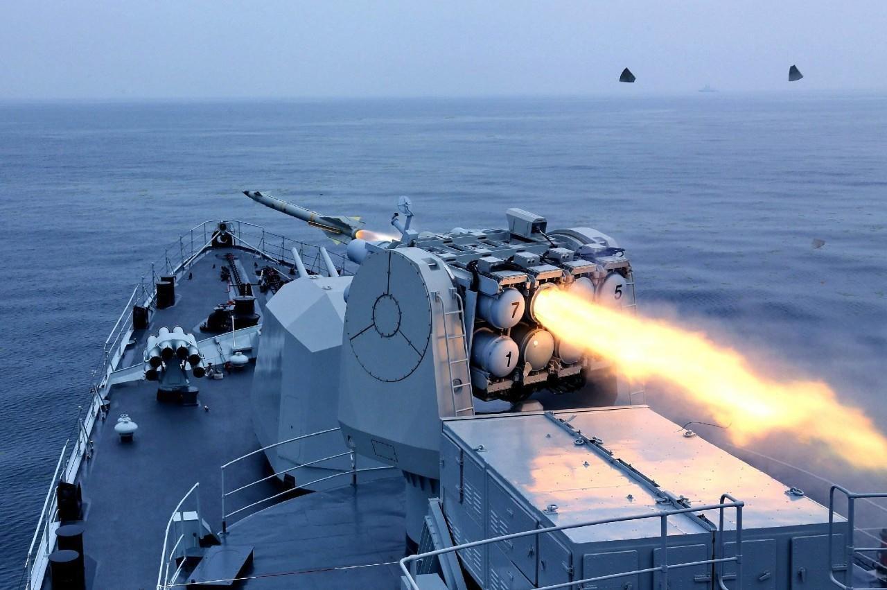 解放军齐聚四大海域,东风营星夜引弓待发,美航母仓促撤离南海