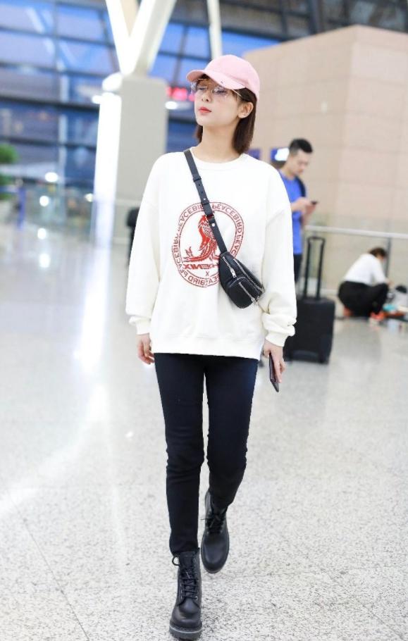 """杨紫首次挑战""""平底鞋"""",当看到她的腿后,这才是高167该有的腿"""