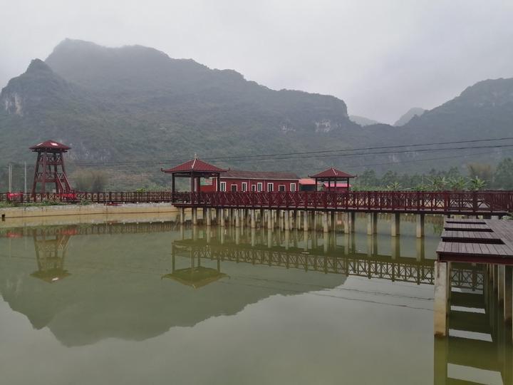 亭台楼阁、远山近水、木栈道,马山农村深藏着一个绝美的绿色村屯