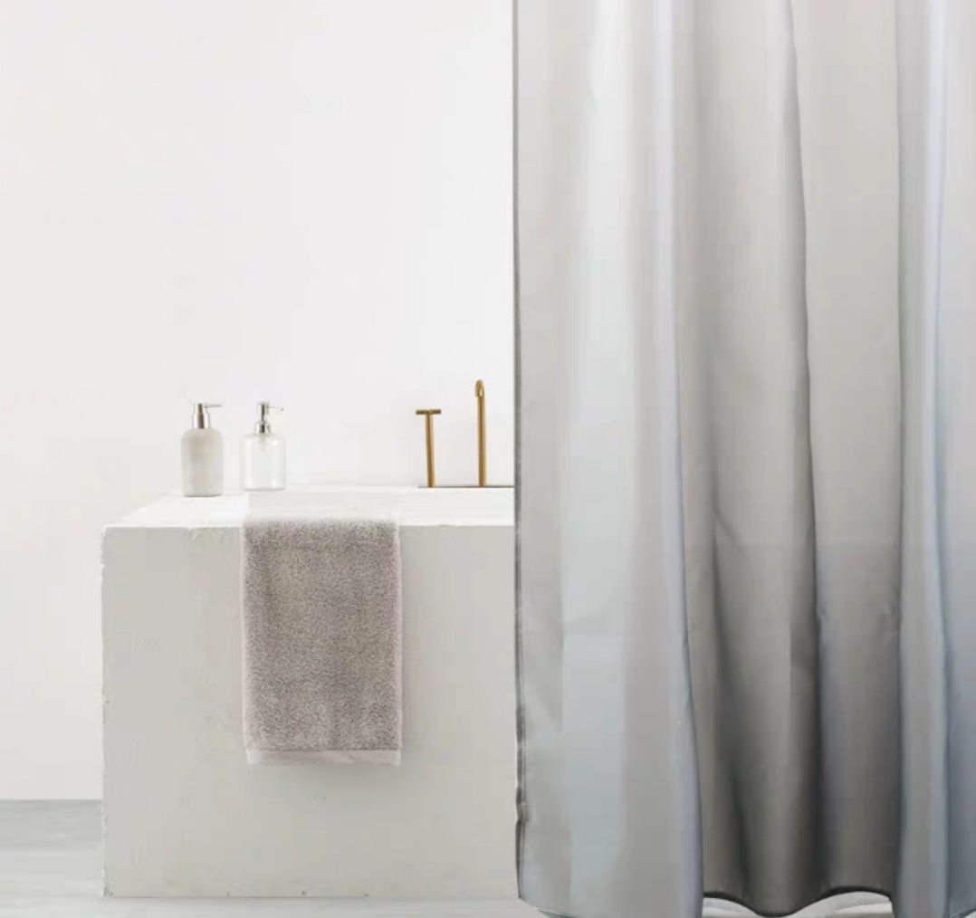 小浴室用浴帘取代玻璃,不仅避免自爆伤人,还能省下一笔装修费