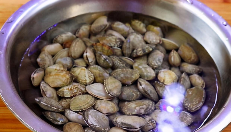 花甲吐沙别泡盐水,老渔民教你好方法,20分钟吐干净,不担心硌牙 美食做法 第4张