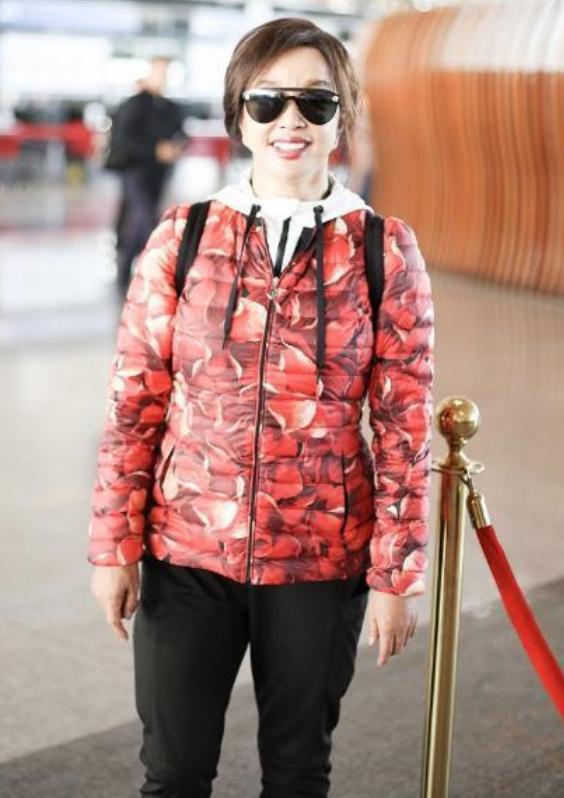 刘晓庆穿搭太喜庆,红色印花棉服配运动裤,却被双手暴露真实年纪