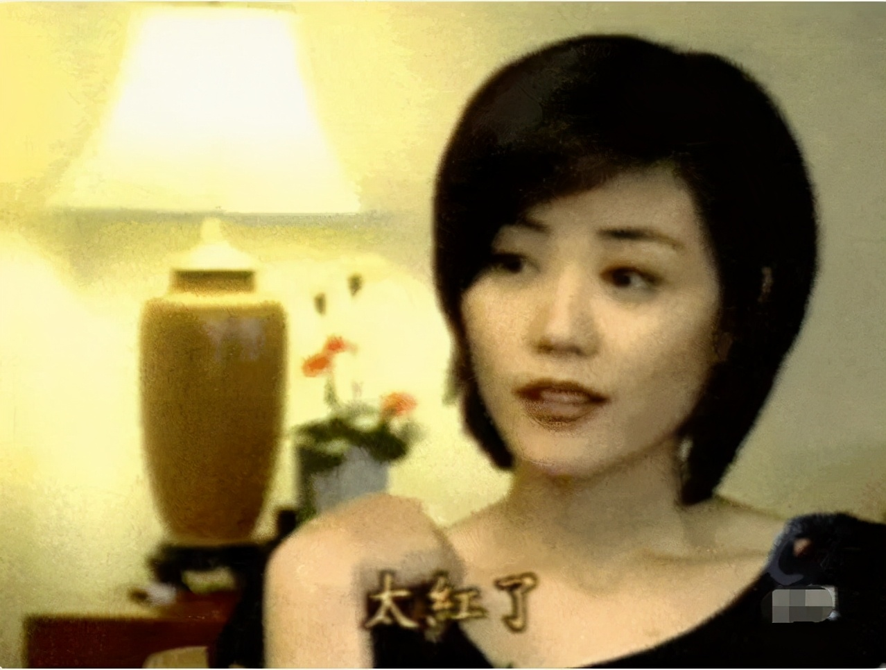 """51岁""""少女""""王菲玩太嗨!音乐节蹦迪蹦丢手机,一脸兴奋似醉酒"""