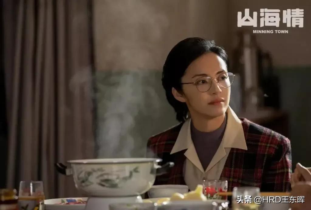 《山海情》:姚晨的金丝眼镜,你能看出知识分子的儒雅与素质吗?