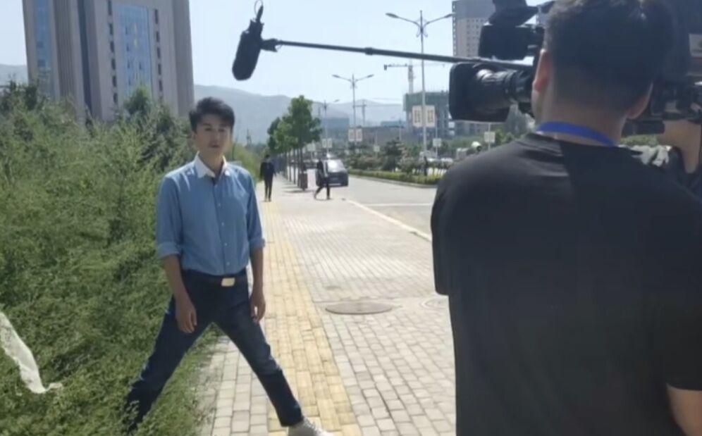 央视主持人马跃扎马步主持超敬业,被赞大长腿,却露不文明行为?