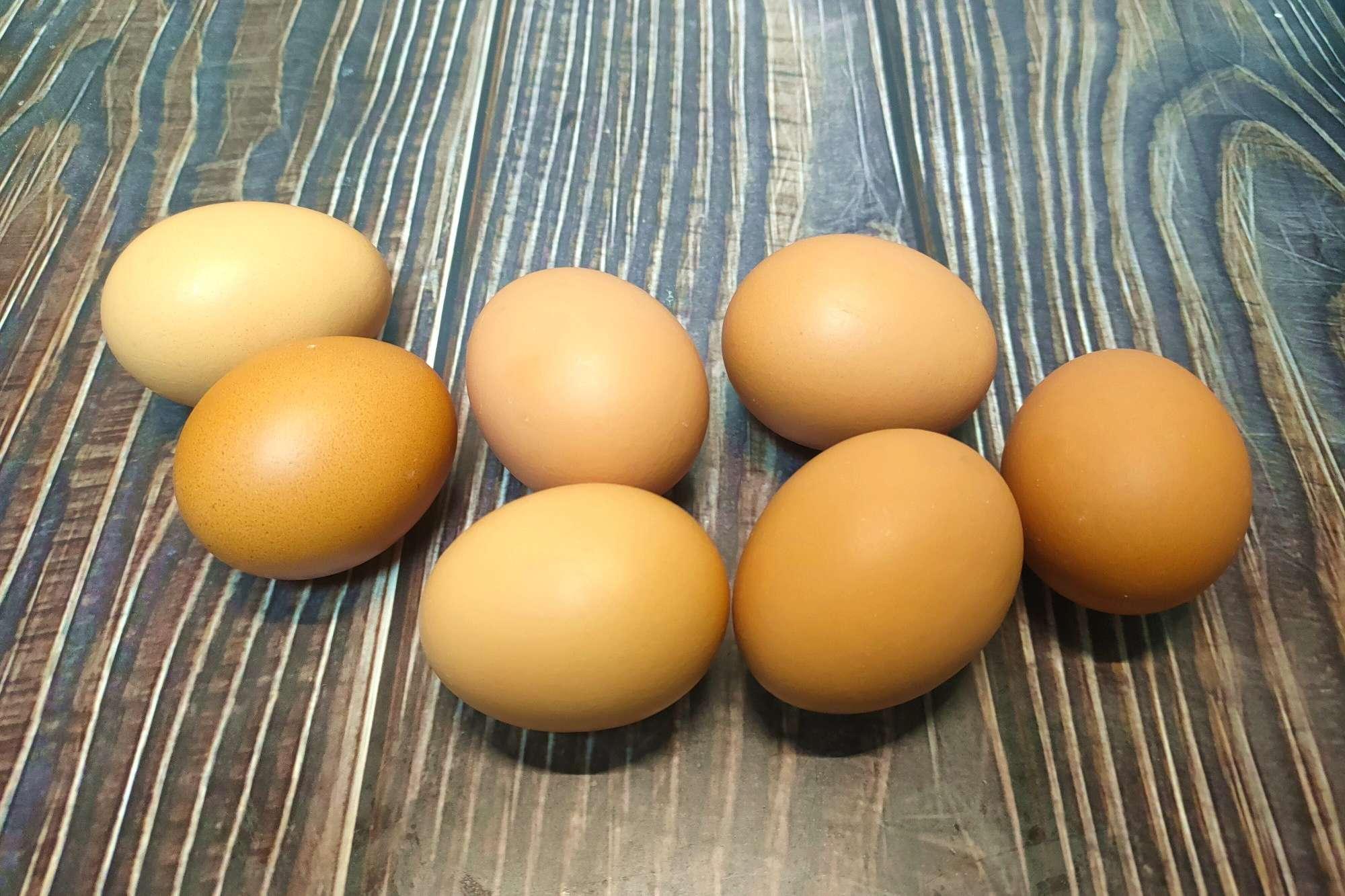 煮雞蛋時,切記別只加清水,多加兩樣,蛋殼好剝,蛋黃嫩滑不發青