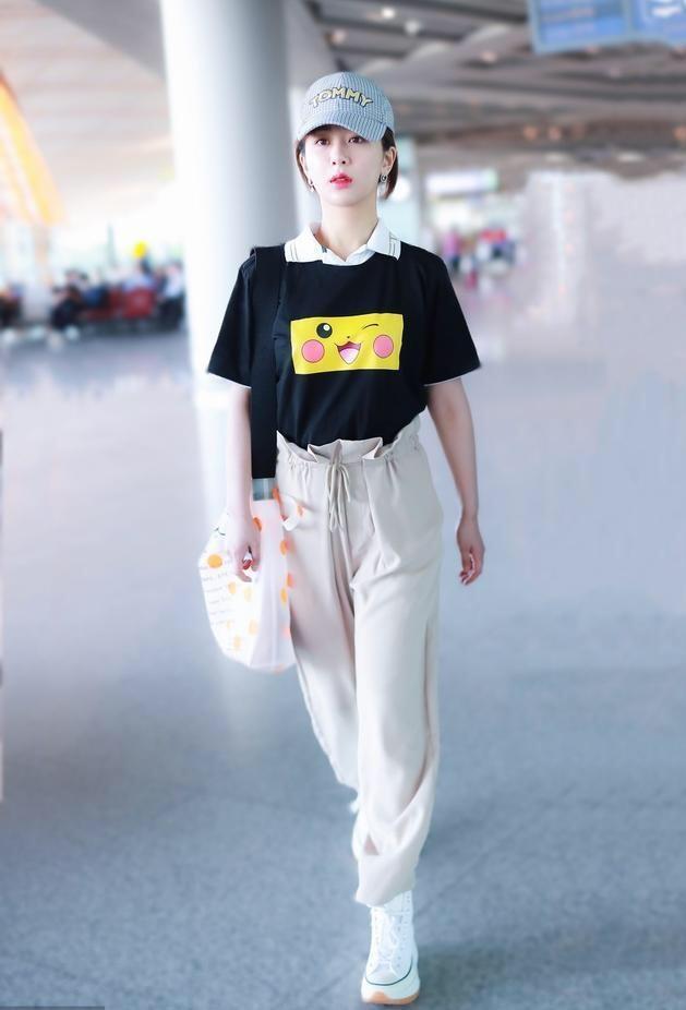 杨紫的这种穿搭方式,显得她身材比例特别好,减龄又加分