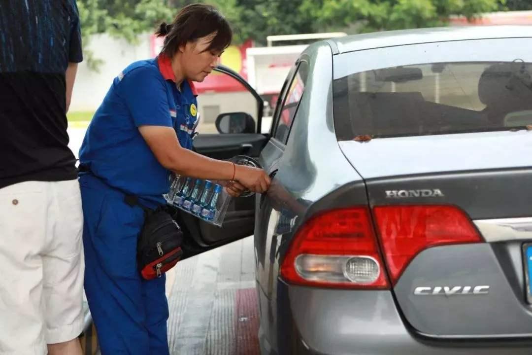 """加油站员工推荐""""小瓶油"""",竟然是骗局?目前已经有很多车主上当"""