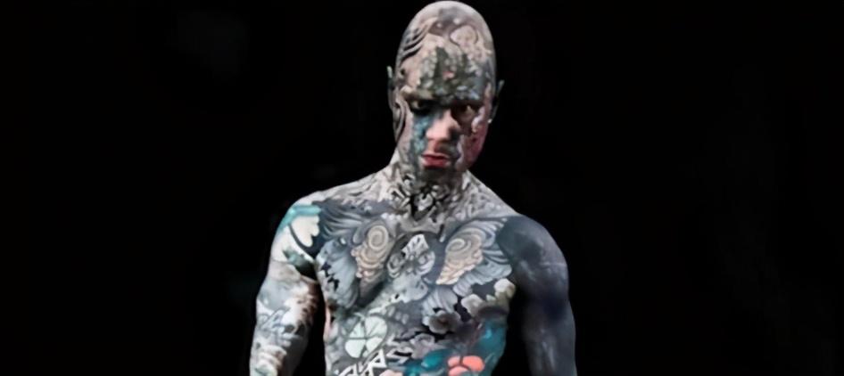 男子痴迷纹身,全身上下都是,眼球全黑,宛如外星人