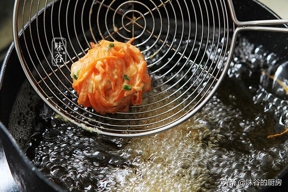 這素丸子比肉丸子還香,不加一滴水,外酥里嫩,一口一個吃不膩