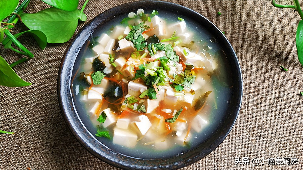 小猫用1块豆腐 1把紫菜 做的汤 营养味美 家人都喜欢喝