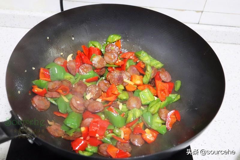 問了大廚才知道,炒臘腸很多人直接炒,少了一步,怪不得味道不對