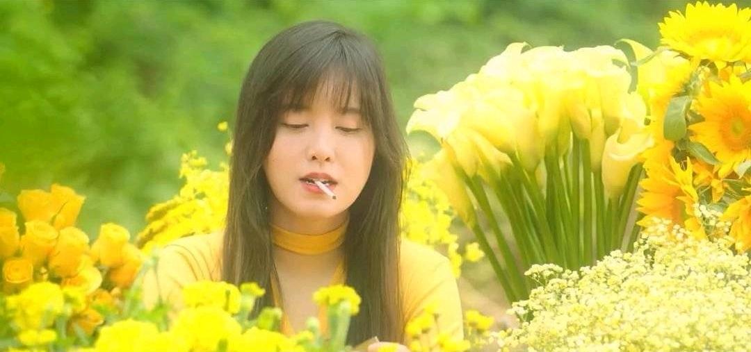 具惠善,嘴里叼着烟的变身,蹲在花田里吸烟准备了10个月