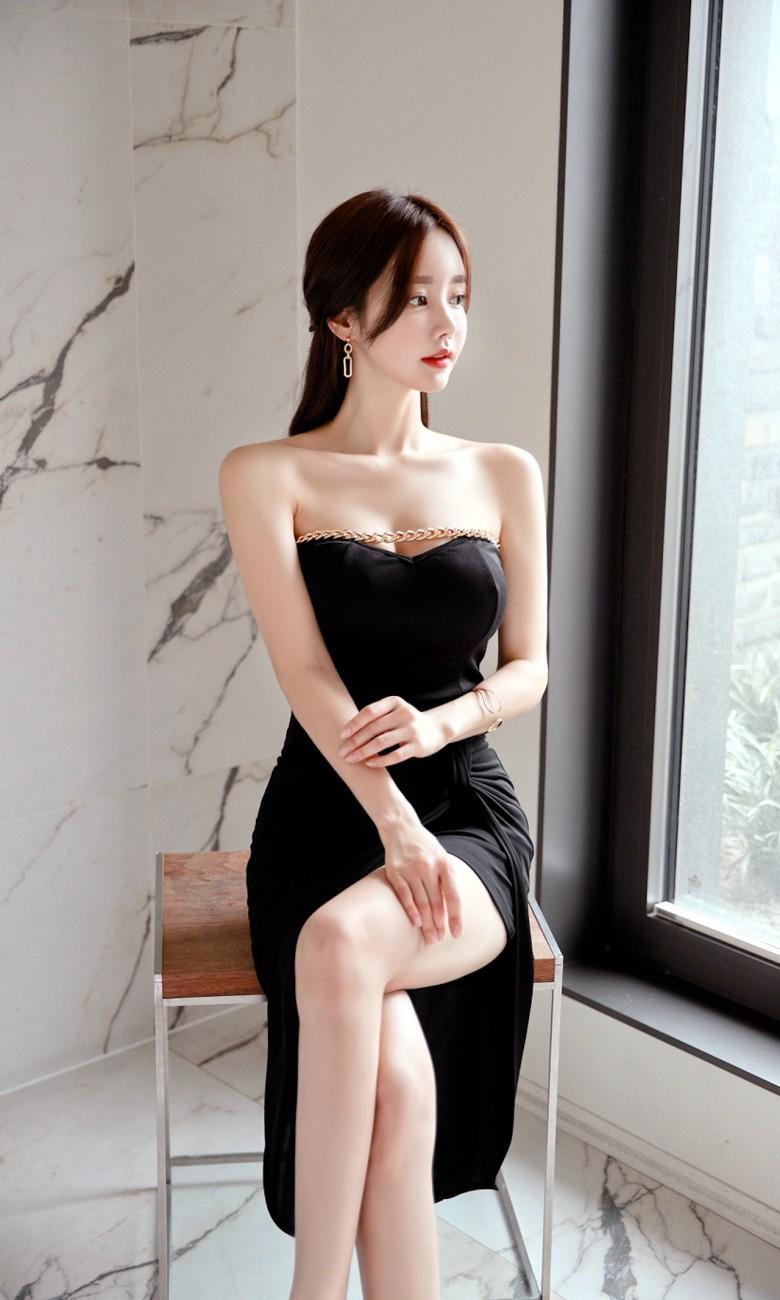 孙允珠每月更新 孙允珠黑色吊带连衣裙 深v乳沟十分诱人