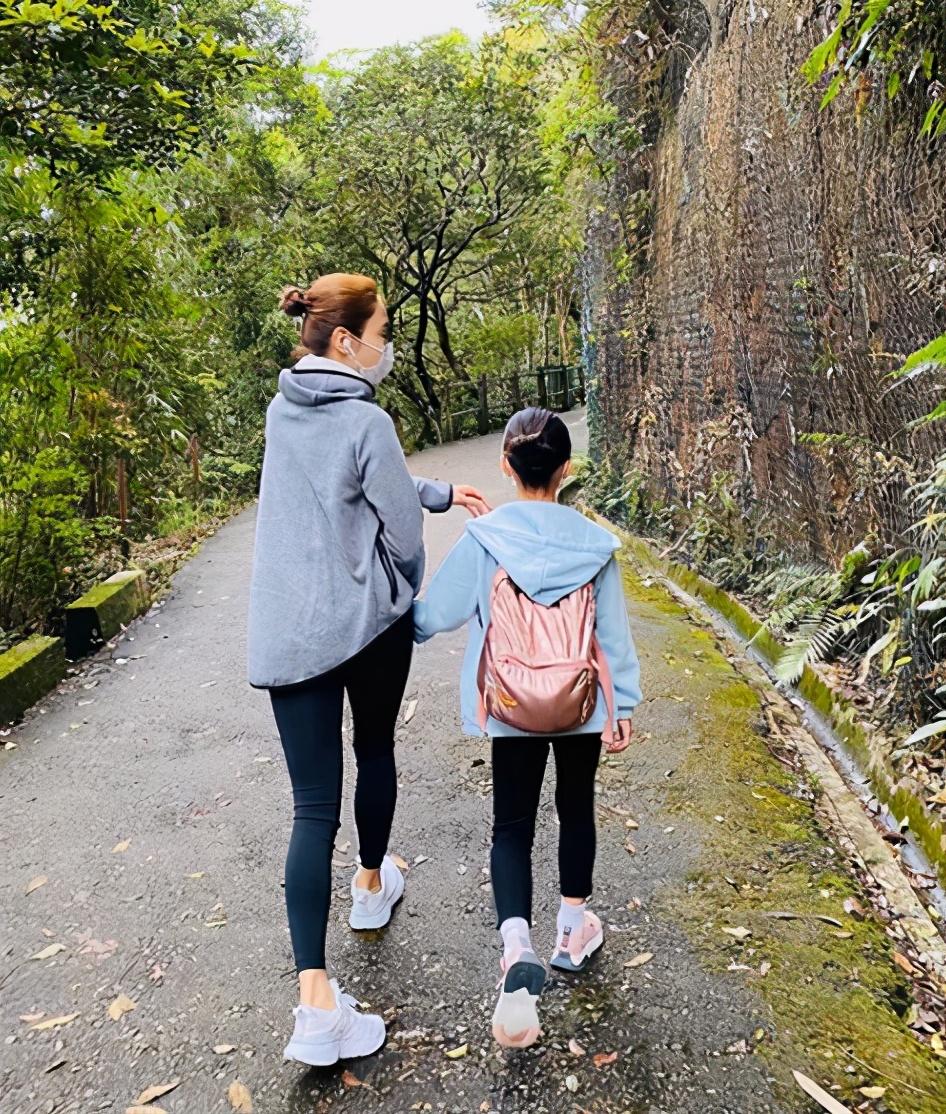 黎姿週末與女兒們遠足,母女四人同框超溫馨,三姐妹個頭快一樣高