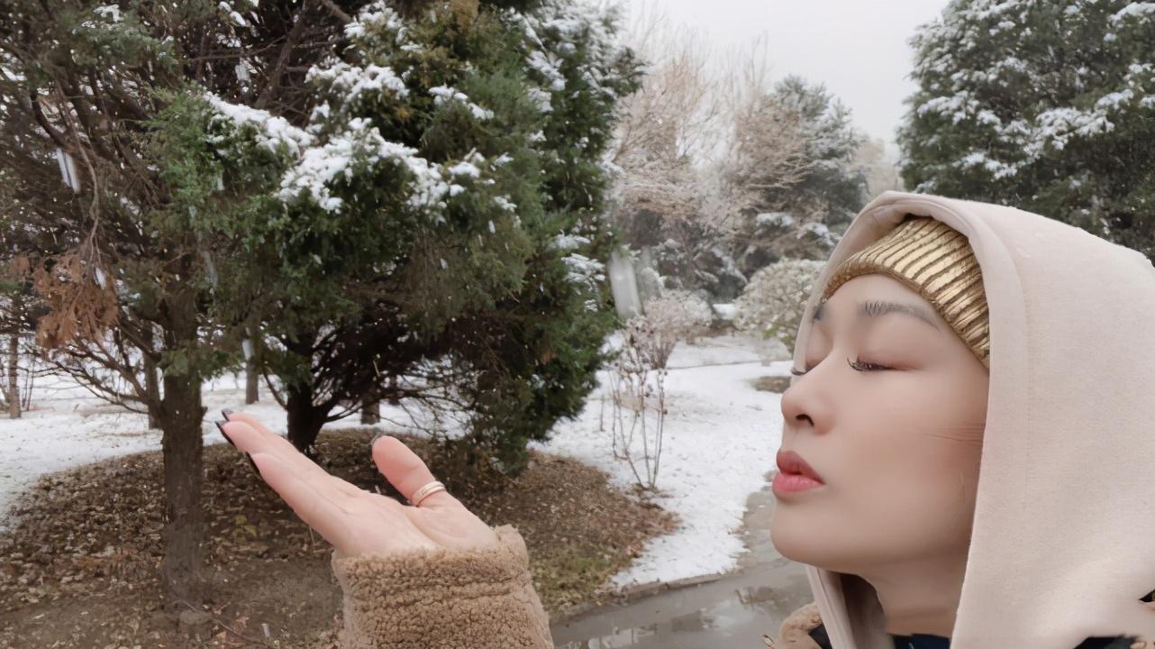 鐘麗緹帶兩女兒玩雪,考拉開心大笑,Jaden化紅唇越來越漂亮