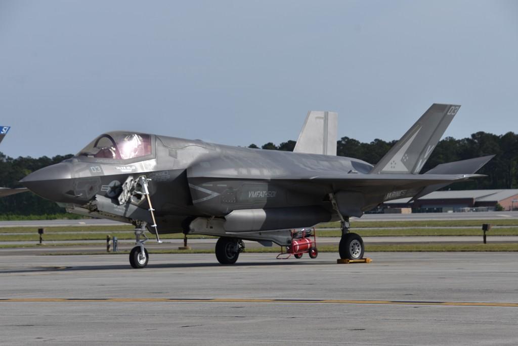 英国海外航母又出状况,F-35B紧急迫降,中国网友:到底行不行