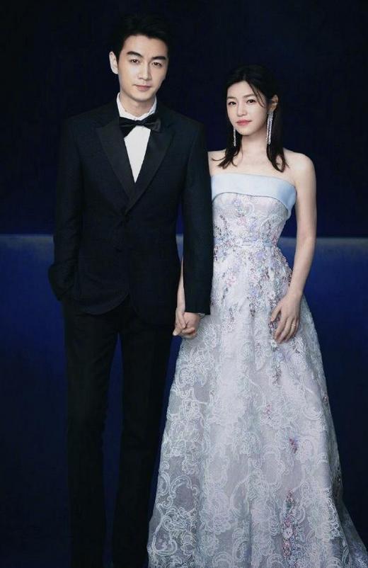 陈妍希生娃后好有韵味,穿淡蓝抹胸裙高雅又大气,气质温柔又耐看