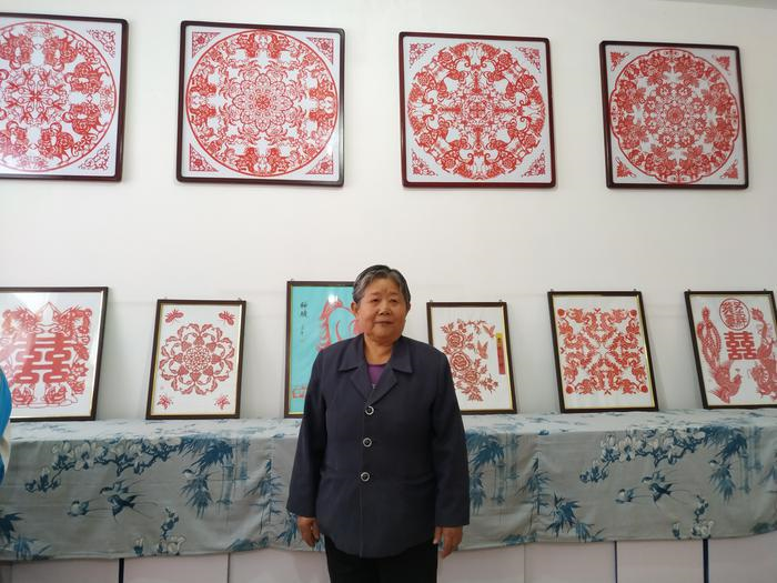 """非物质文化遗产""""阎良新兴剪纸""""传承人朱素玲 免费教孩子们剪纸 她想把这门手艺传下去"""