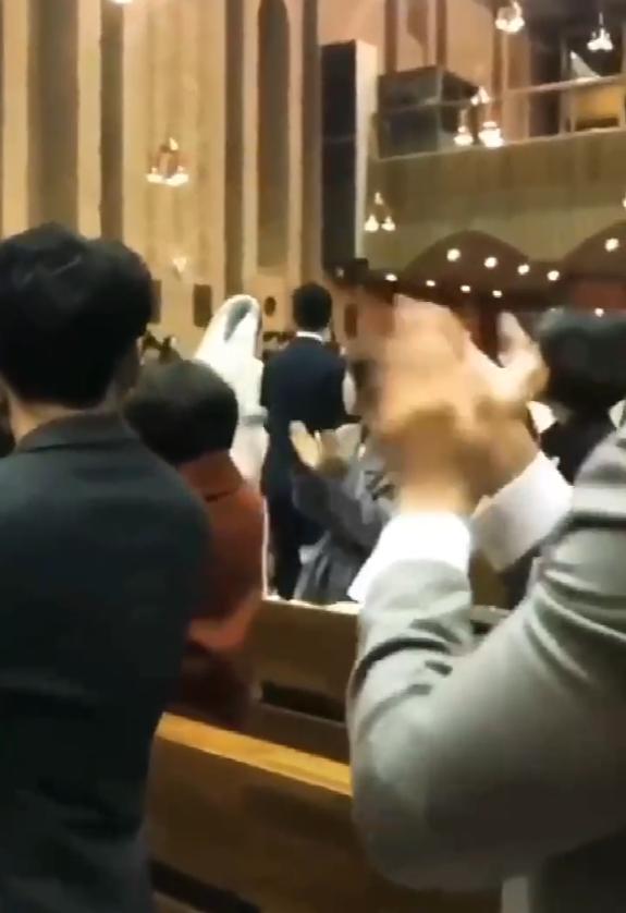 沈昌珉婚礼现场首曝光,与新娘甜蜜挽手举行结婚仪式,婚纱照曝光