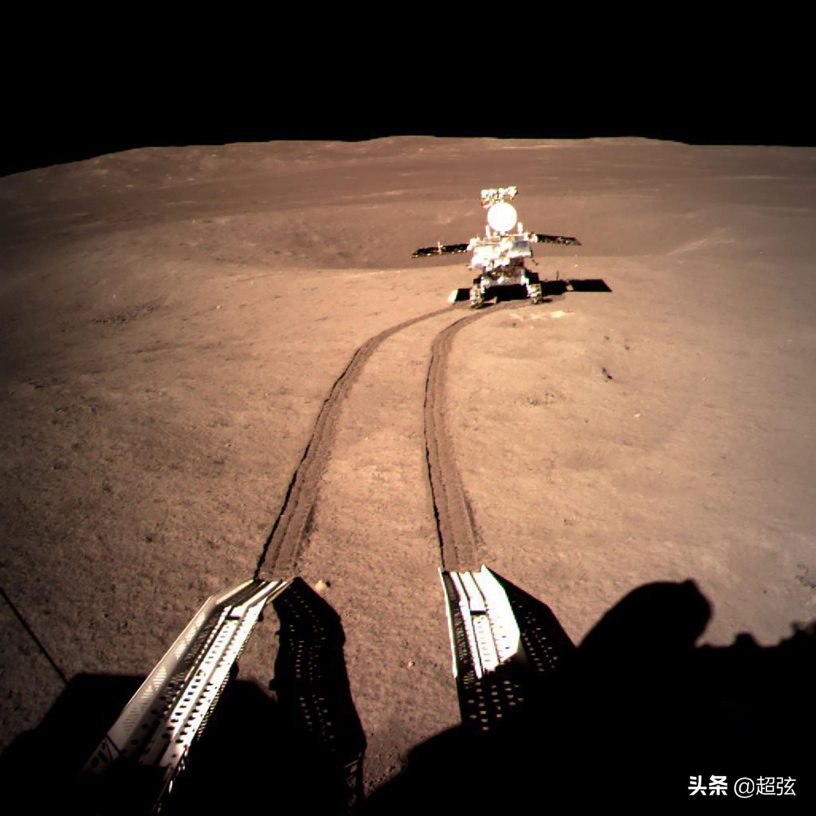 """最新消息!我国月球漫游者玉兔二号在月球上献上中秋""""月饼"""""""