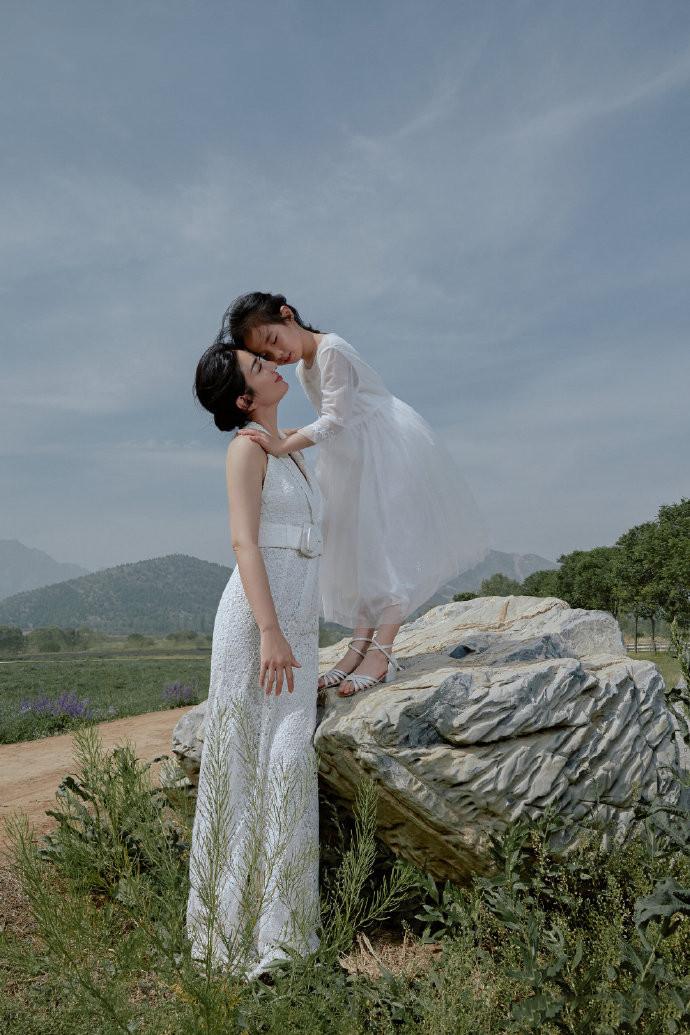 黄奕带女儿拍照好温馨!只是婚姻不幸,维持41天的前夫是金融天才