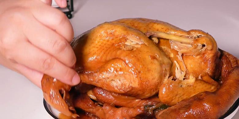 把一整只鸡扔进电饭锅中,不放水不放油,出锅皮嫩肉烂,太解馋了